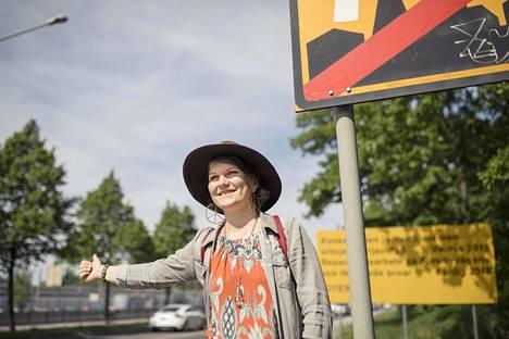 Emma Vepsä kulkee suurimman osan matkoista Suomessakin liftaamalla.