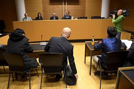 Hakkerioikeudenkäynnin syytetyt Helsingin käräoikeudessa maanantaina.