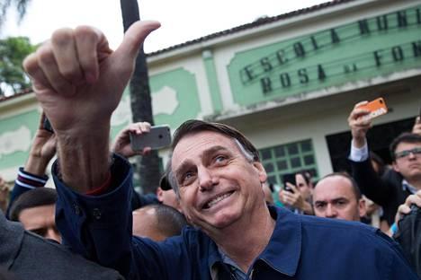 Brasilian todennäköinen tuleva presidentti Jair Bolsonaro näytti peukkua käytyään äänestämässä vaalien ensimmäisellä kierroksella Rio de Janeirossa.