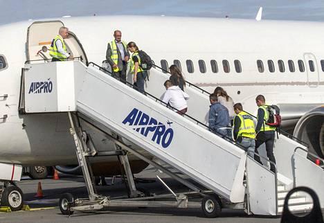 Käännytettyjä turvapaikanhakijoita nousi poliisien saattamina lentokoneeseen Lappeenrannan lento asemalla elokuussa.