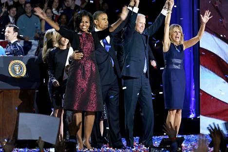 OBAMAN TOINEN KAUSI. Barack Obama juhli vaimonsa Michellen ja Bidenin varapresidenttiparin kanssa voittoaan marraskuun 2012 presidentinvaaleissa Chicagossa. Barack Obama jatkoi presidenttinä vuoden 2017 tammikuuhun, jolloin virkaan astui Donald Trump.