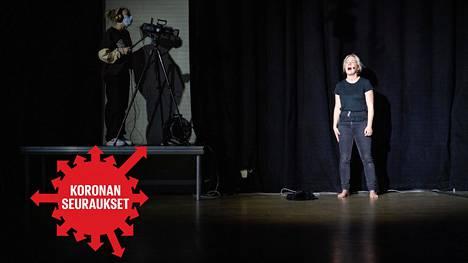 Karanteeniteatterissa harjoiteltiin Kuin raivo äiti -esityksen suoratoistoa marraskuussa. Hanna Vahtikari laulaa, Verna Auvinen kuvaa.