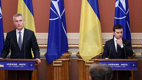 Ukrainan presidentti Volodymyr Zelenskyi (oik.) ja Naton pääsihteeri Jens Stoltenberg järjestivät yhteisen tiedotustilaisuuden torstaina.
