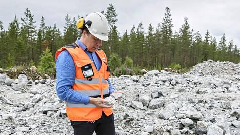 Pertti Lamberg Syväjärven tutkimustunnelin paikalla Syväjärvellä. Vaaleassa kivessä on litiumia sisältävää spodumeeniä.