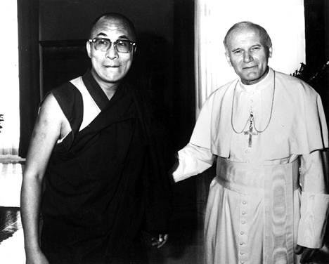 Dalai-lama tapasi Paavi Johannes Paavali II:n Vatikaanissa syyskuussa 1982.