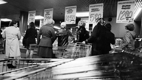 Asiakkaita Valintalon lihatiskillä vuonna 1974 Helsingissä.