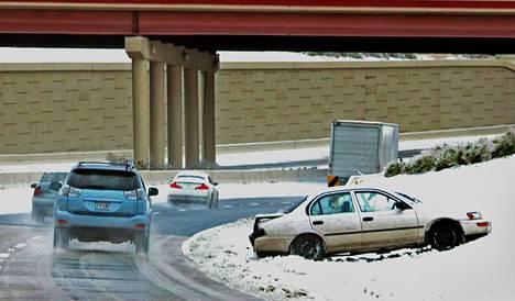 Autot liukastelivat valtatiellä Dallasin kaupungissa Texasissa joulukuun alussa, jolloin kylmä rintama levittäytyi useisiin osavaltioihin Yhdysvalloissa.