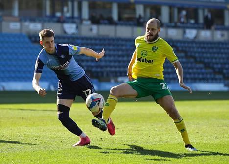 Teemu Pukki valittiin Englannin Championshipin helmikuun pelaajaksi. Pukki (oik.) viimeisteli Norwich Citylle seitsemän osumaa, joista yksi syntyi Josh Knightin edustamaa Wycombe Wanderersia vastaan helmikuun 28. päivänä.