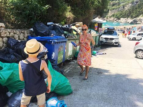 Jätteet eivät mahdu roskiksiin Liapadeksessa. Oiva Kiukas, 8 ja Satu Linnapuomi kävelivät kylän kadulla poispäin Gefyra-rannalta.