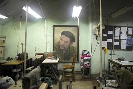 Kuuban vallankumoussankari Ernesto Che Guevaran kuva koristaa ompelimoa Havannan keskustassa. Monet kuubalaiset uneksivat jo vauraammasta tulevaisuudesta, kun Yhdysvallat on luvannut lopettaa 50 vuotta jatkuneen konfliktin kommunistijohtoisen maan kanssa.