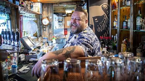 Kimmo Kulmala on pyörinyt Olariuksessa 1980-luvulta asti. Kulunut kevät oli baarin omistajalle raskas, mutta nyt näyttää taas valoisammalta.