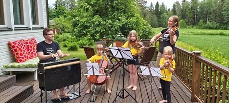 Lajusten perhe on näppärikansaa. Olli (vas.), Aapo, Anni ja Aino Lajunen sekä Riikka Suni-Lajunen musisoivat iltaisin yhdessä koko porukalla.