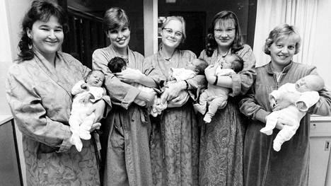 Syntyvyys oli marraskuussa 1990 kasvussa. Helsingin Kätilöopiston sairaalassa synnyttäneet (vas.) Satu Ekman, Johanna Mutanen, Maria Nilsson, Arja Puura ja Hanna Terho.