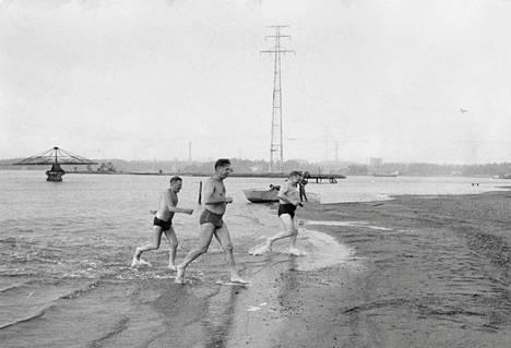 Herrat juoksivat merestä Hietaniemen uimarannalla kesäkuussa 1962.