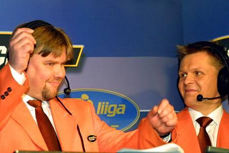 Kommentaattori Timo Jutila (vas.) ja selostaja Mika Saukkonen Hockey Nightin selostuskopissa Lappeenrannassa joulukuussa 2001.