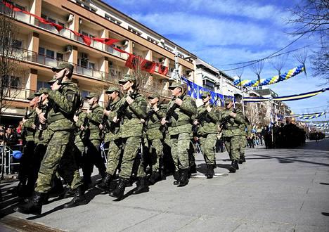 Kosovon turvallisuusjoukot marssivat Pristinassa 17. helmikuuta. Kosovo juhli kuudennetta vuosipäivää siitä, kun maa julistautui itsenäiseksi Serbiasta.