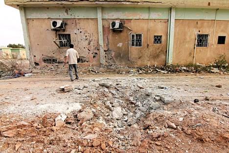 Toimittaja tutki pommituksen vaurioita Helmikuun 17:nnen prikaatin tukikohdassa Bengasissa 28. toukokuuta.
