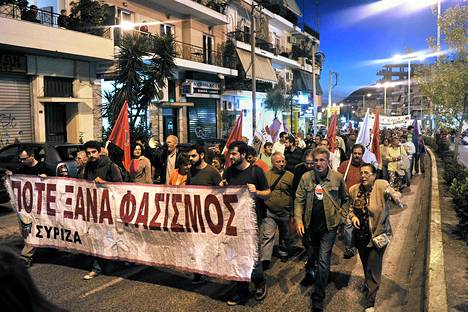 Ateenalaiset osoittivat mieltään fasismia vastaan viime perjantaina Keratsinin kaupunginosassa, jossa äärioikeistoa vastustanut muusikko puukotettiin.