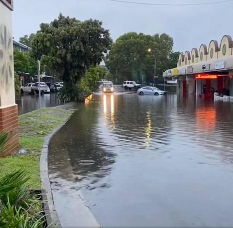 Autoja tulvivalla tiellä Byron Bayn kaupungissa New South Walesissa.