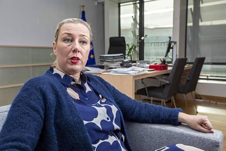 Jutta Urpilainen matkustaa työssään komissaarina paljon. Työhuoneessa Brysselissä sisustus on vielä kesken.