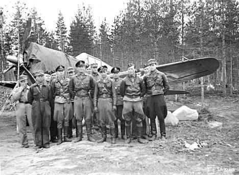 Hävittäjälaivueen ohjaajat ryhmäkuvassa. Vänrikki Hillo on kuvassa toinen vasemmalta. Taustalla Curtiss-hävittäjä.