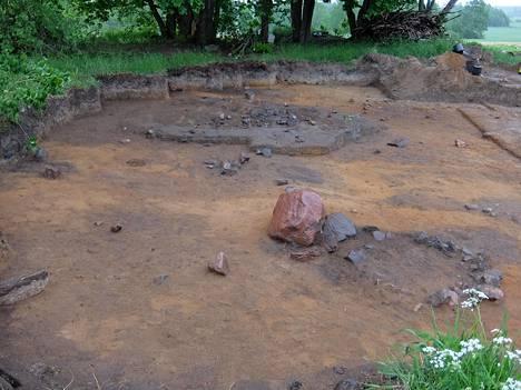 Kaivausalueelta löytyi kivikautisten jäänteiden lisäksi myös muutama arviolta 3 000 vuotta vanha pronssikautisen esineen pala.