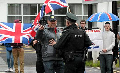 Sinn Feinin johtajan Gerry Adamsin pidätys aiheutti protesteja Antrimin poliisiaseman ulkopuolella toukokuun 4. päivänä. Adams on valittanut pidätyksestään.