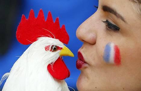 Ranskan jalkapallojoukkueen kannattaja oli tuonut mukanaan rekvisiittaa keskiviikkoista Ranska-Albania-ottelua varten Marseillessa.