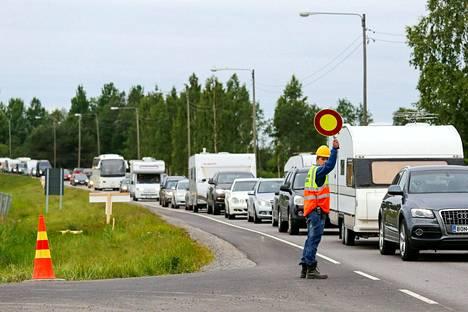 Minuuttiaikataulut kannattaa loppuviikosta unohtaa, jos reitti osuu Äänekosken suunnille, sillä Suviseurojen menoliikenne voi ruuhkauttaa Nelostietä. Kuvaa vuoden 2017 Suviseuraliikenteestä Porista.