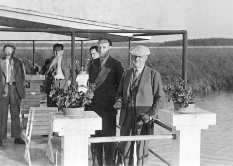 Räsälässä kävi paljon vieraita. Valokuva on otettu saunan katolta joko vuonna 1936 tai 1937.