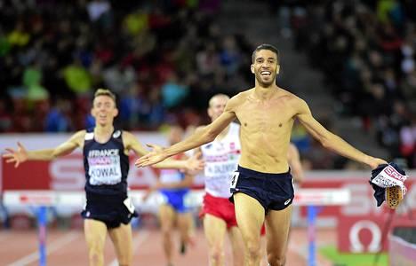 Muut olivat kaukana takana kun Ranskan Mahiedine Mekhissi-Benabbad juoksi yläruumis paljaana maaliin 3 000 metrin esteiden loppukisassa.