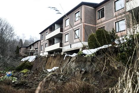 Tampereella sijaitsevan kerrostalon asukkaat joutuivat lähtemään kodeistaan maanantaina, sillä talon pelätään kaatuvan sortuneen pihamaan vuoksi.