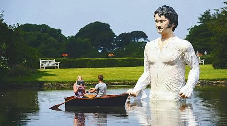 Lyme Parkin lampeen Cheshiressä on pystytetty herra Darcyn patsas siellä kuvatun Ylpeys ja ennakkoluulo -tv-sarjan kunniaksi.