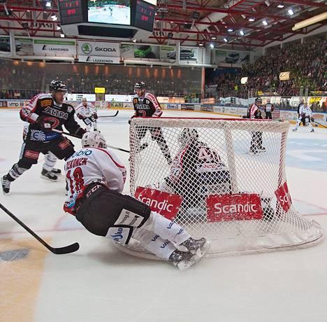 Sport pyöritti peliä vahvasti Jypin maalille toisessa erässä.