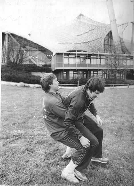 Maajoukkuekaverit Matti Hagman ja Kari Makkonen painivat Länsi-Saksan MM-kisoissa keväällä 1983.