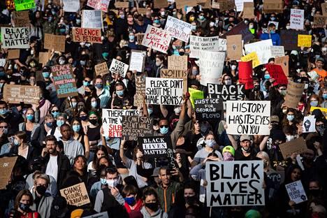 Poliisiväkivaltaa vastustavat mielenosoitukset levisivät kymmeniin eri kaupunkeihin.