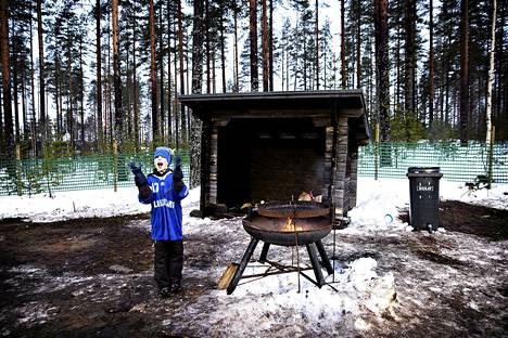 9-vuotias Roope Turunen innostui, kun hänen idolinsa Kaisa Mäkäräinen ohitti makkaranpaistopaikan.