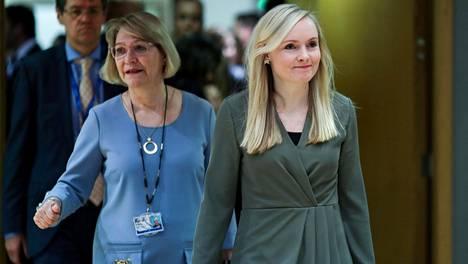 Suomen sisäministeri Maria Ohisalo (oik.) saapui EU:n sisäministerien kokoukseen Brysselissä keskiviikkona.