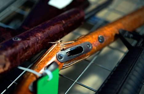 Lehdistölle esiteltiin luovutettuja aseita Wellingtonissa huhtikuun alussa.