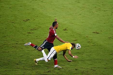 Brasilian tähtipelaaja Neymar loukkaantui, kun Kolumbian Juan Camilo Zuniga jyräsi hänen selkäänsä.