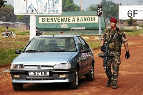Ranskalainen sotilas tutki autoa Mpokon lentokentällä Banguissa 23. marraskuuta.  Keski-Afrikan tasavallassa on tällä hetkellä noin 400 ranskalaista sotilasta, joista suuri osa varmistaa lentokentän turvallisuutta.