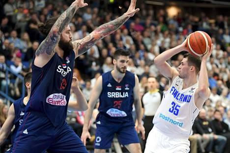 Serbian järkälemäinen Miroslav Raduljica (vas.) oli Suomelle hankala vastustaja molemmissa päissä kenttää. Ilari Seppälällä oli haastava syöttöpaikka.