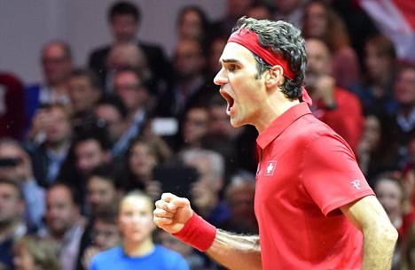Roger Federer juhli tenniksen Davis Cupin voittoa Ranskan Lillessä. Ykköstila oli Sveitsille ensimmäinen.