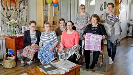 Peittojen virkkaus saa kyläläiset kokoontumaan. Oikealta Katja Heikkilä, Anita Viitamäki, Pirjo Äystö, Eija Melender, Kristiina Frösén (takana), Annikki Ranta ja Piia Hautala, jonka sylissä naisten ensimmäisenä virkkaama peitto.