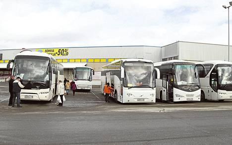 Ostosmatkailijoiden linja-autot täyttivät tiistaina Lappeenrannan Prisman pysäköintialueen.