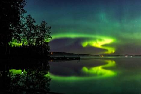 Ossi Saarinen ikuisti revontulet myöhään sunnuntai-iltana Espoon Bodominjärvellä. Kuva on lukijan ottama.