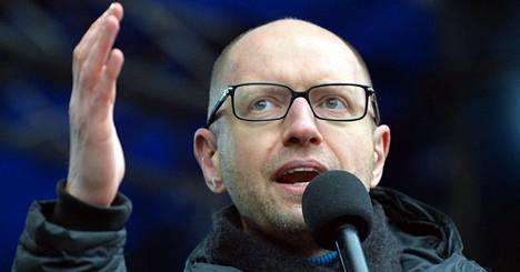 Arseni Jatsenjuk puhui mielenosoittajille Kiovassa.