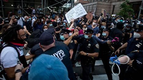 Mielenosoittajat ja poliisi ottivat yhteen New Yorkissa perjantaina.