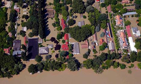 Tulviva Tonava oli nielaissut asuinalueita Budapestissa Unkarissa sunnuntaina. Kaupungin tulvavalleja oli korotettu ja vahvistettu illaksi luvatun tulvahuipun varalta.