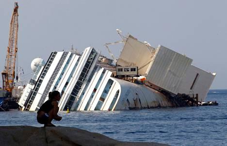 Costa Concordian hylky makaa yhä haaksirikkopaikalla.